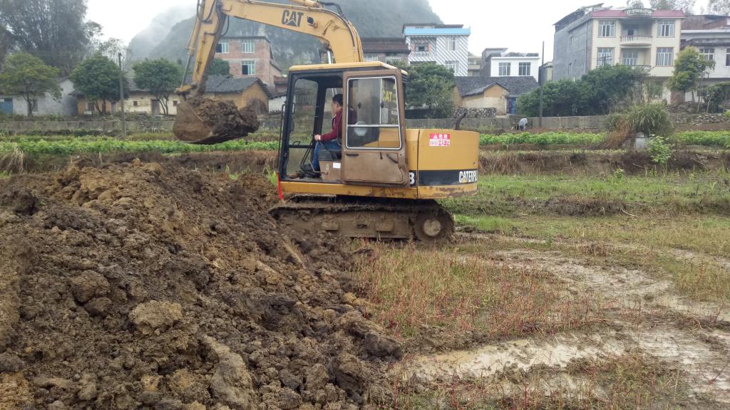 自己学挖机一年了 希望遇到一个可以咨询的挖机师傅