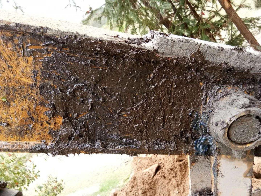 我是开挖机的00后,清除小臂上的混泥土的小技巧分享!