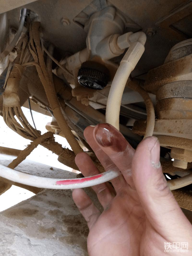 脚制动阀底部有机油,可以断定它得了妇科疾病--气泵炎!需更换气泵缸筒活塞,活塞环。有时间再换