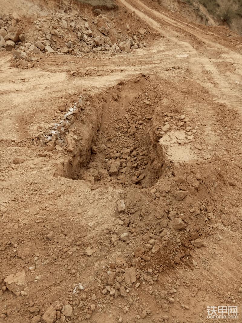 让公牛先生的挖机先挖个地沟!
