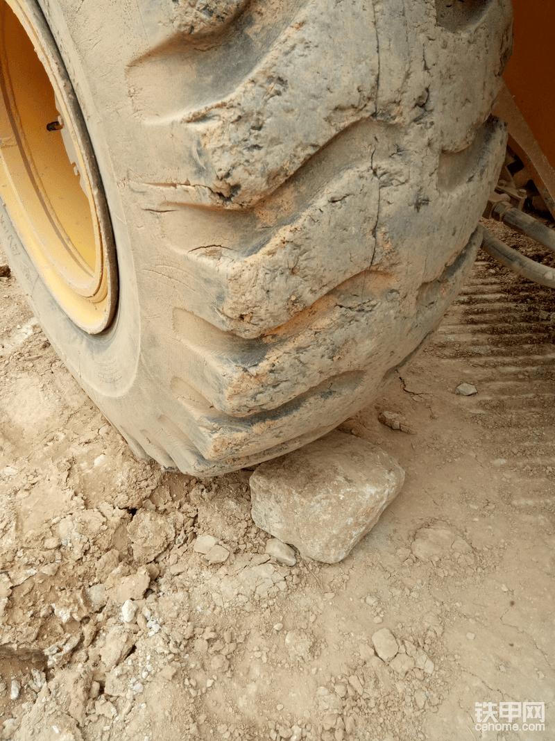 为了安全起见前轮垫块石头吧
