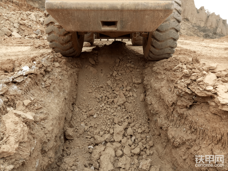 把车倒上去,好吧(∩_∩)有点宽,还有点深,这个地沟没挖好
