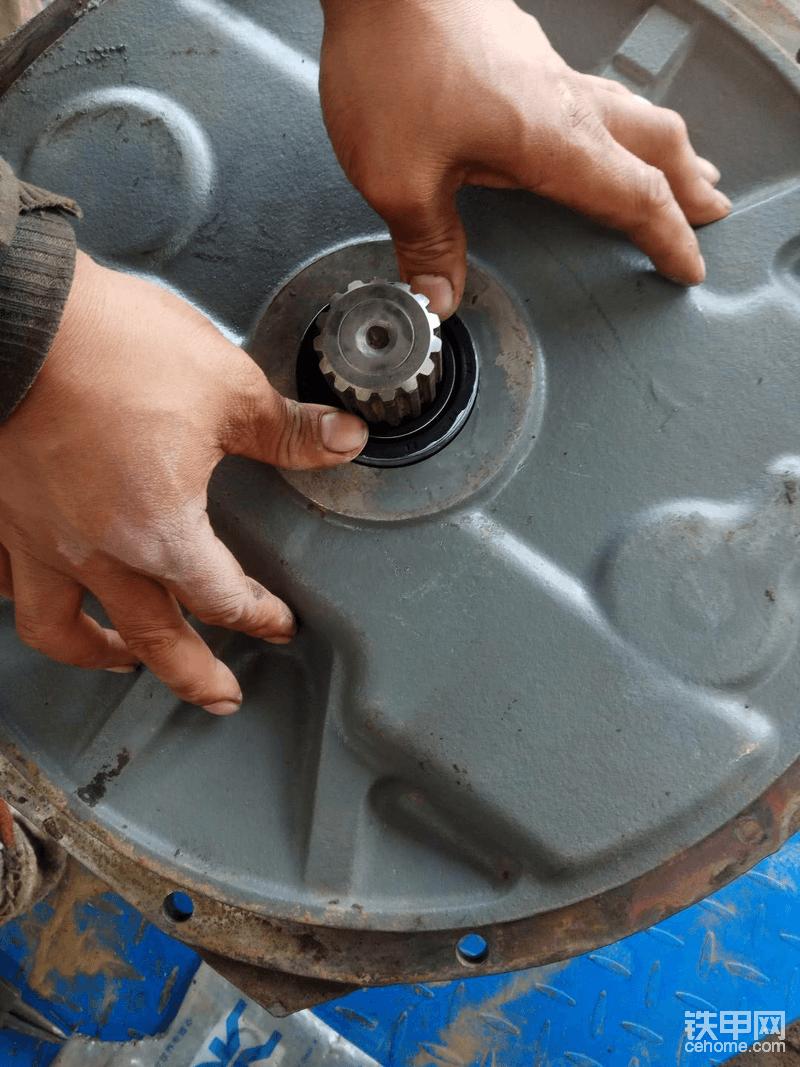 依次将柱塞装入泵胆内,注意安装泵胆是要将柱塞收到一起从高的开始装依次装入!