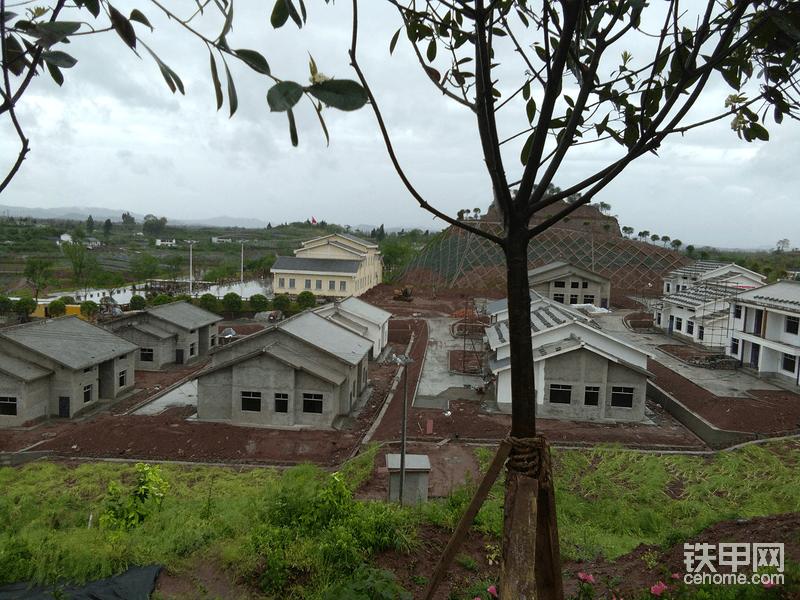 建设中的房屋和建好村委会
