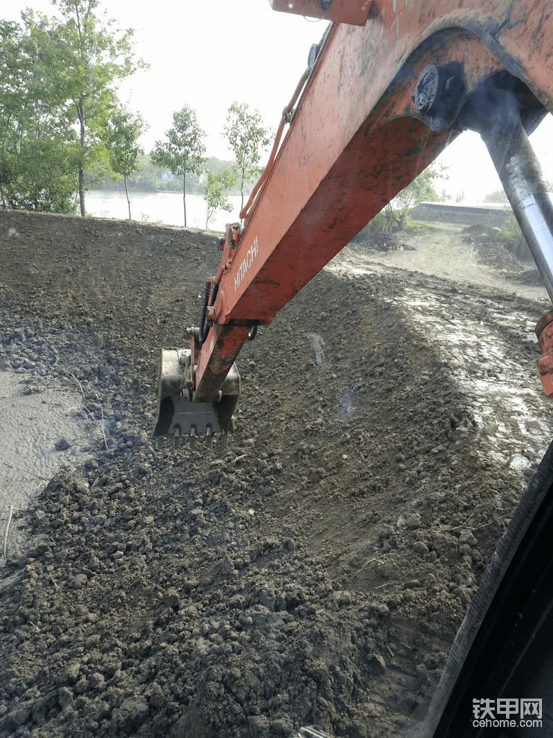 这边是老塘梗,先用车子装的土,后面挖机把坡和面子做好就可以了