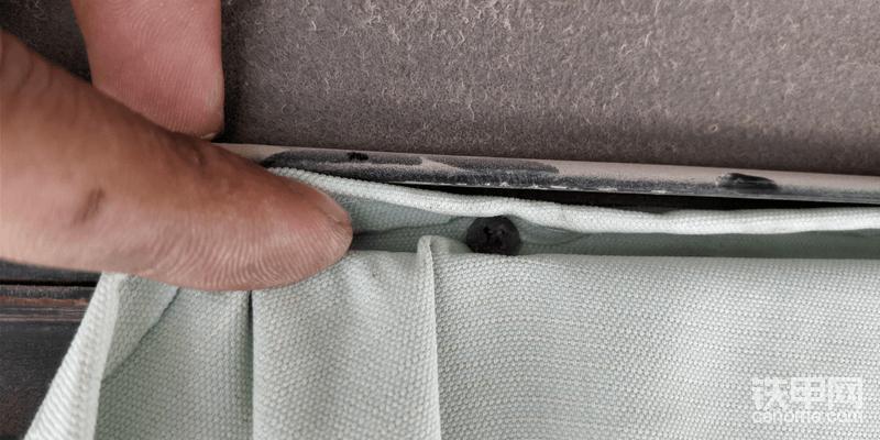 将窗帘塞入缝隙,拧入螺丝