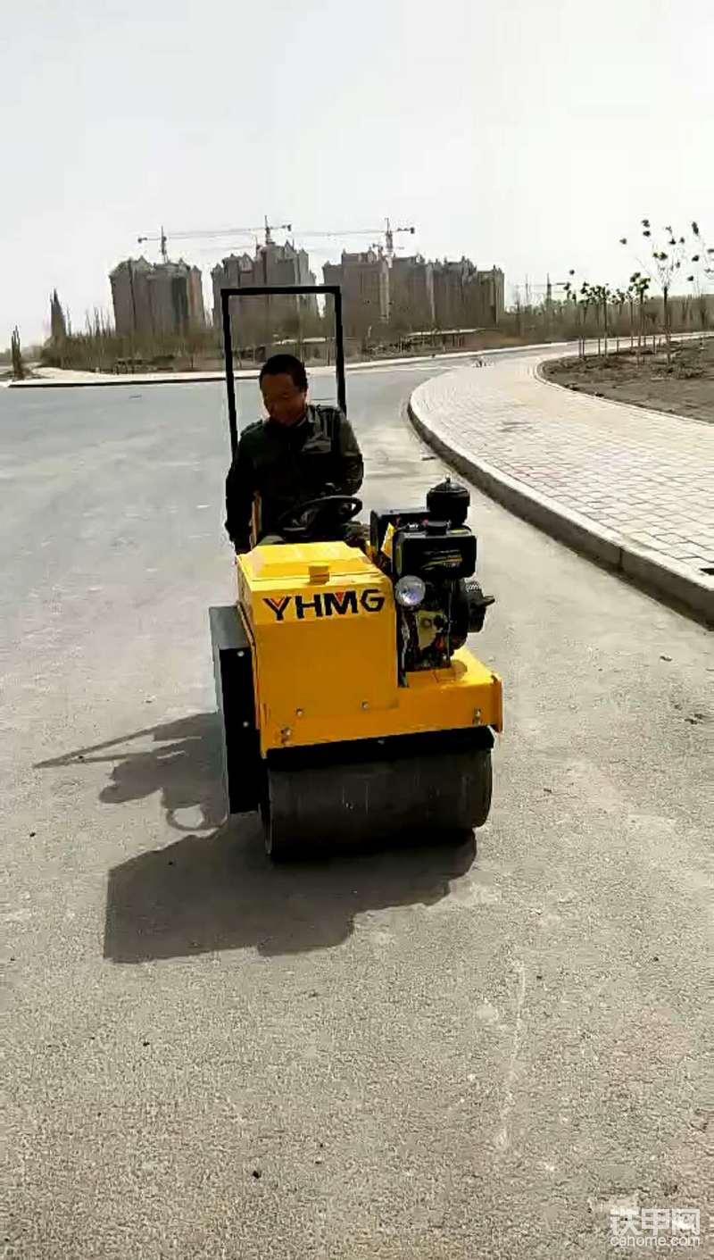 挖机当压路机了 科技改变生活