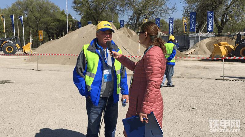 工作人员对参赛选手进行采访,这位大叔一看就是老司机{:tiejia3:}