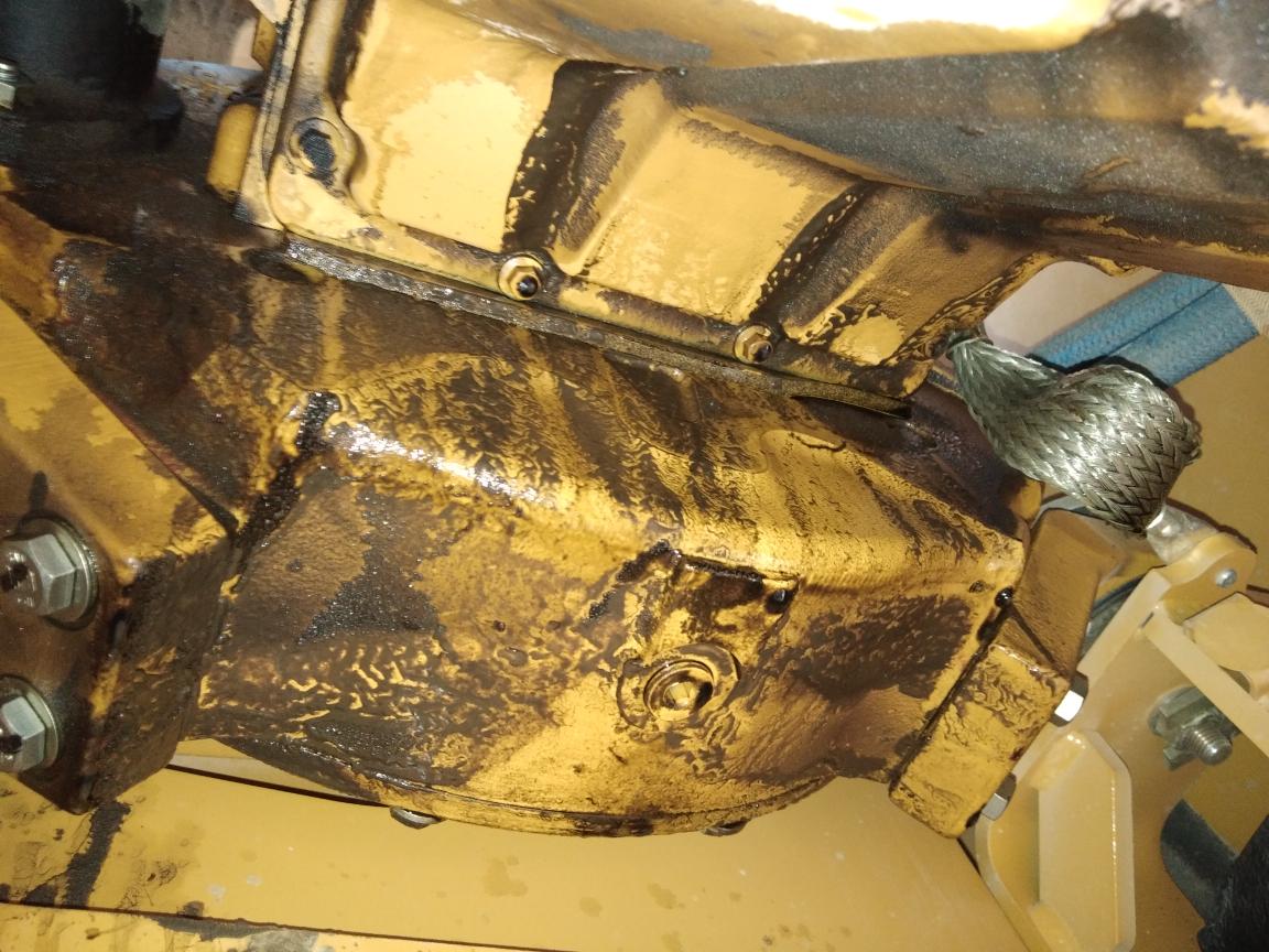 卡特挖掘机新车700小时狂漏机油,有图有真相