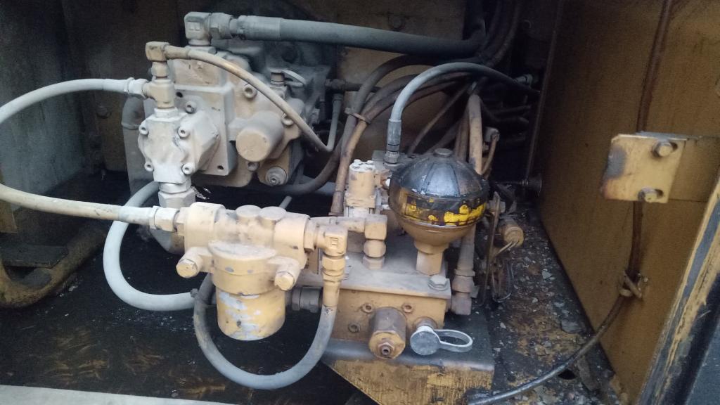 卡特307B的液压油滤芯有几个 都在哪个位置