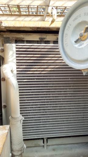 水箱后边这一块是不是散热器?