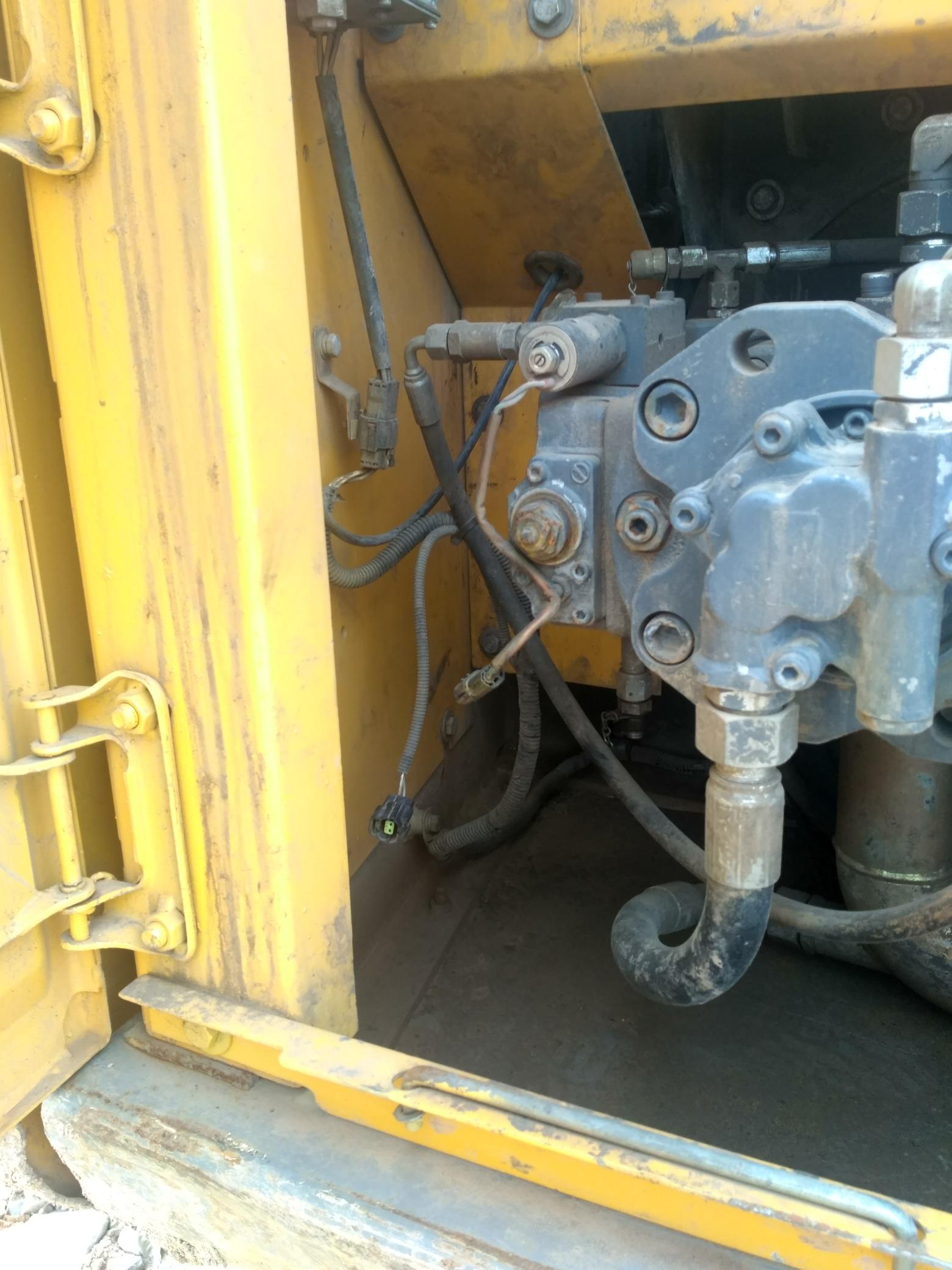 挖机液压大泵上有一根外接电线是做什么的?