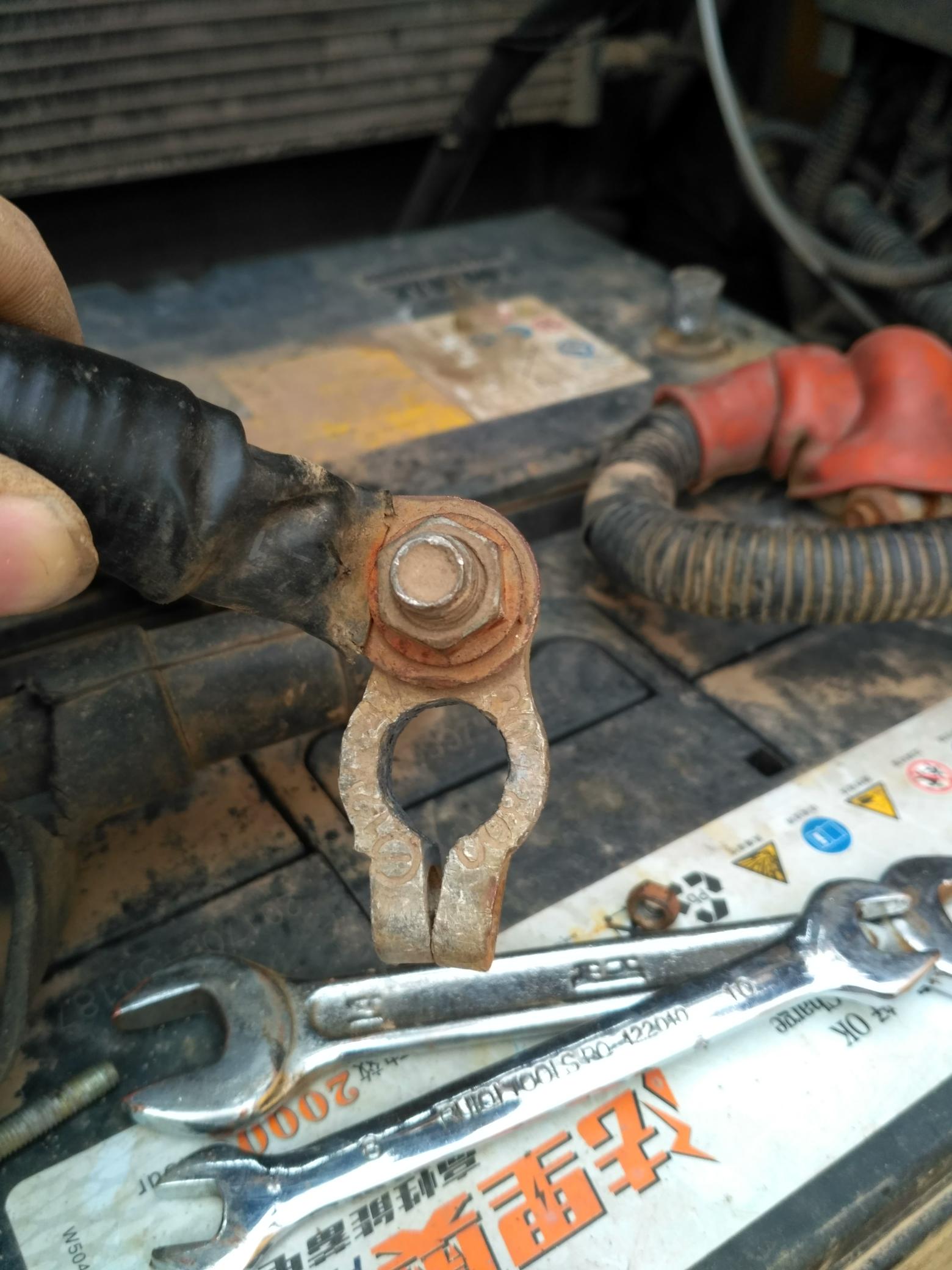 挖机电瓶桩头变细了,接触不良