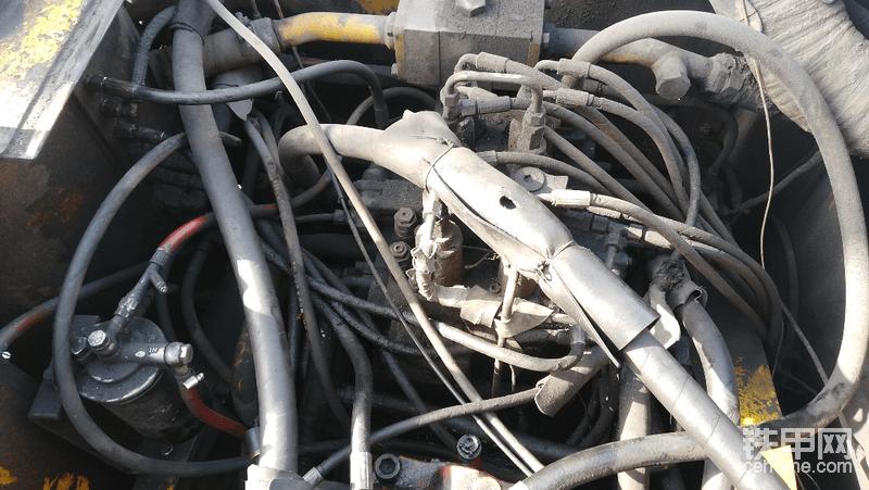 老机子分配器管道的确挺乱的,新款215就不是这样了,布局很合理,便于维修{:tiejia3:}