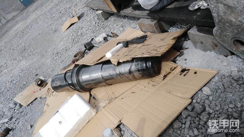 自己更换破碎锤油封,这是个力气活SB81机型