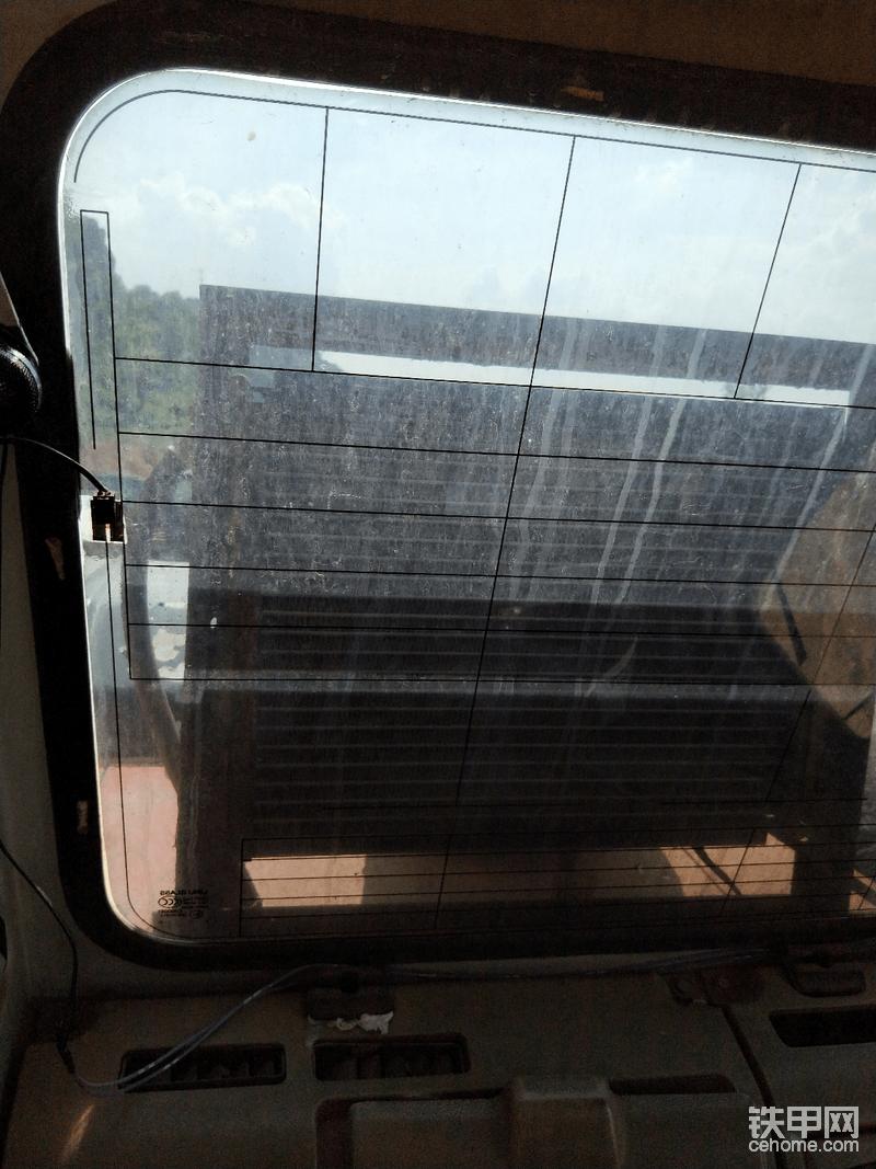 改装在外面的空调散热器,目前快14000小时的挖机,空调效果很好。没有空调的小伙伴赶紧把空调搞好,这样才有更好的工作效率。