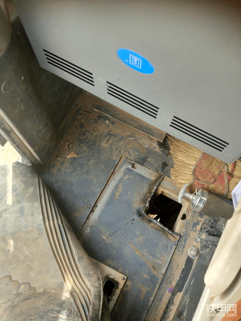 在这里下边用电焊烧出来开了一个口子 方便通管路 还有电路