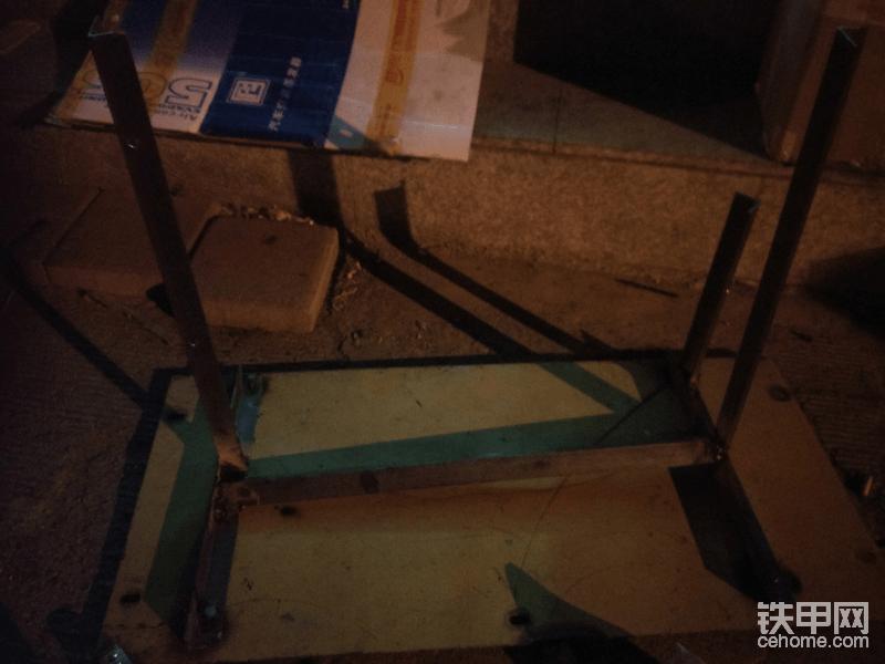 大晚上的做冷凝器支架 因为白天没时间弄 就晚上弄  忙完了都已经快12点了  这个好弄 去卖钢材的地方 买一根最薄的三角铁 然后量尺寸 蒸发器尺寸  切割了 焊接一下就好了
