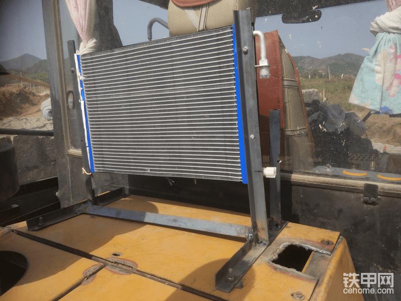 冷凝器安装上了还可以  挺结实的  放在这里的好处 散热效果好  比别的地方相对来说省管路  蒸发器挺脆弱的 放在这里安全