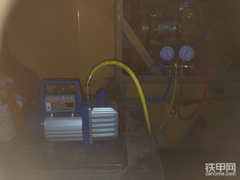 管路线路 都接好了就开始抽真空了 蓝色管是低压 红色是高压 黄色管抽真空还有加氟用 管子都拧紧一点 防止漏气  打开高低压阀门 启动真空泵抽真空