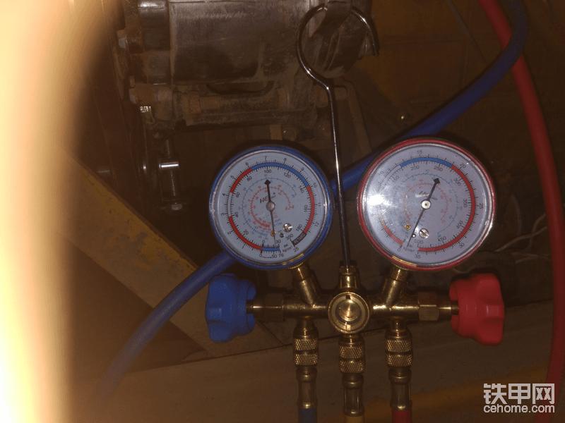抽真空15分钟以后拧紧高低压阀门 关闭真空泵 等待10分钟 如果低压表针回升代表哪里漏气  检查管路 空调系统的气密性 找找哪里进气 一般只要管子压的好 都不会进气  10分钟过去了表针没有变化 那就开始加氟了  启动发动机等待3分钟开始加氟  蒸发器风量调到最大 温度控制调到最冷 首先拧出黄色管与真空泵的链接断开  把开瓶器与黄色管链接 然后把氟瓶拧到开瓶器上 一定要拧紧 开瓶器拧破氟瓶 然后再拧回来 氟就开通了 然后少量的拧开氟表的黄色管 把空气排出去(有空气会造成冰堵) 有凉气出来空气就排干净了然后拧紧  千万要快不然氟会冻伤手 最好带手套 打开蓝色低压阀门  氟瓶倒着放加的快  加完一瓶以后看低压表指针变化 氟加到低压表指针2.5–3就可以了 不要加多了 换下一瓶的时候关闭低压阀门 拧出氟瓶 换下一瓶 然后黄色管在排气  排完打开蓝色低压阀门再充什么时候指针到2.5-3就可以了 千万不能加多重复以上操作就完成加氟了  加完以后直接拧出高低压管就可以了