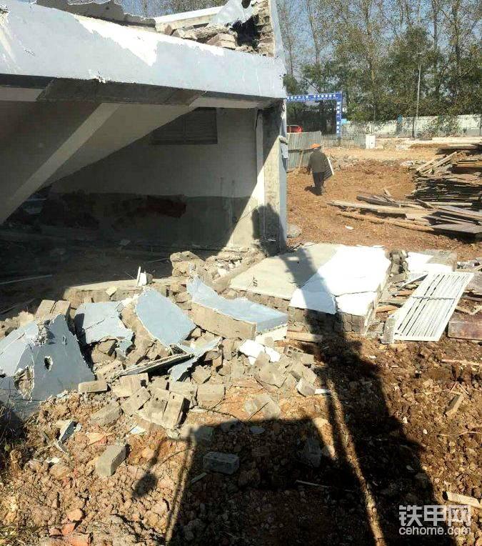 挖机生涯第一次拆房子,出现意外,差点被埋