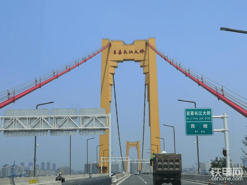 谢大哥目前正在负责至喜长江大桥延伸段的修路工程