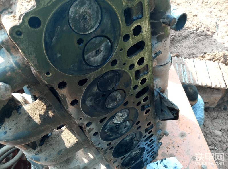 拆开缸盖发现并没有气缸垫冲的痕迹,这个是偷懒做发,没拆进气岐管