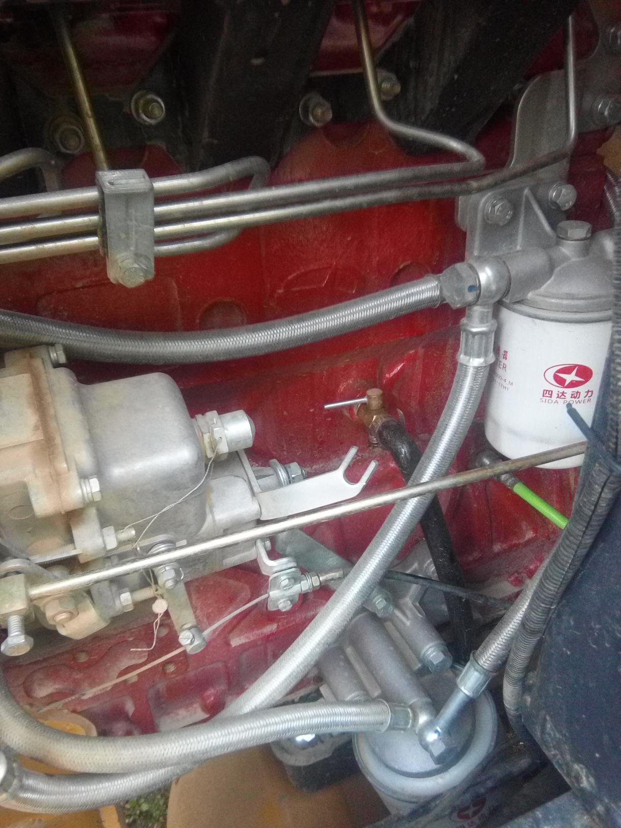 谁知道发动机上面的这根管是干嘛用的