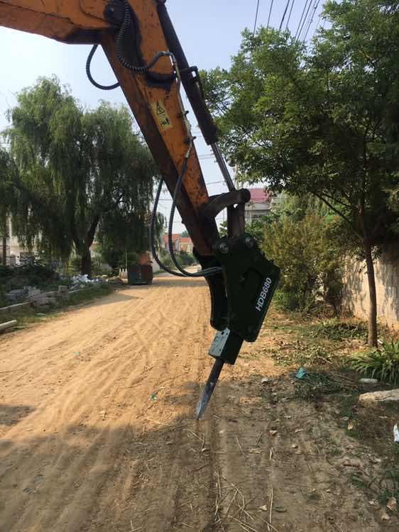 同样是挖掘机,装上破碎锤的挖掘机工时费翻倍