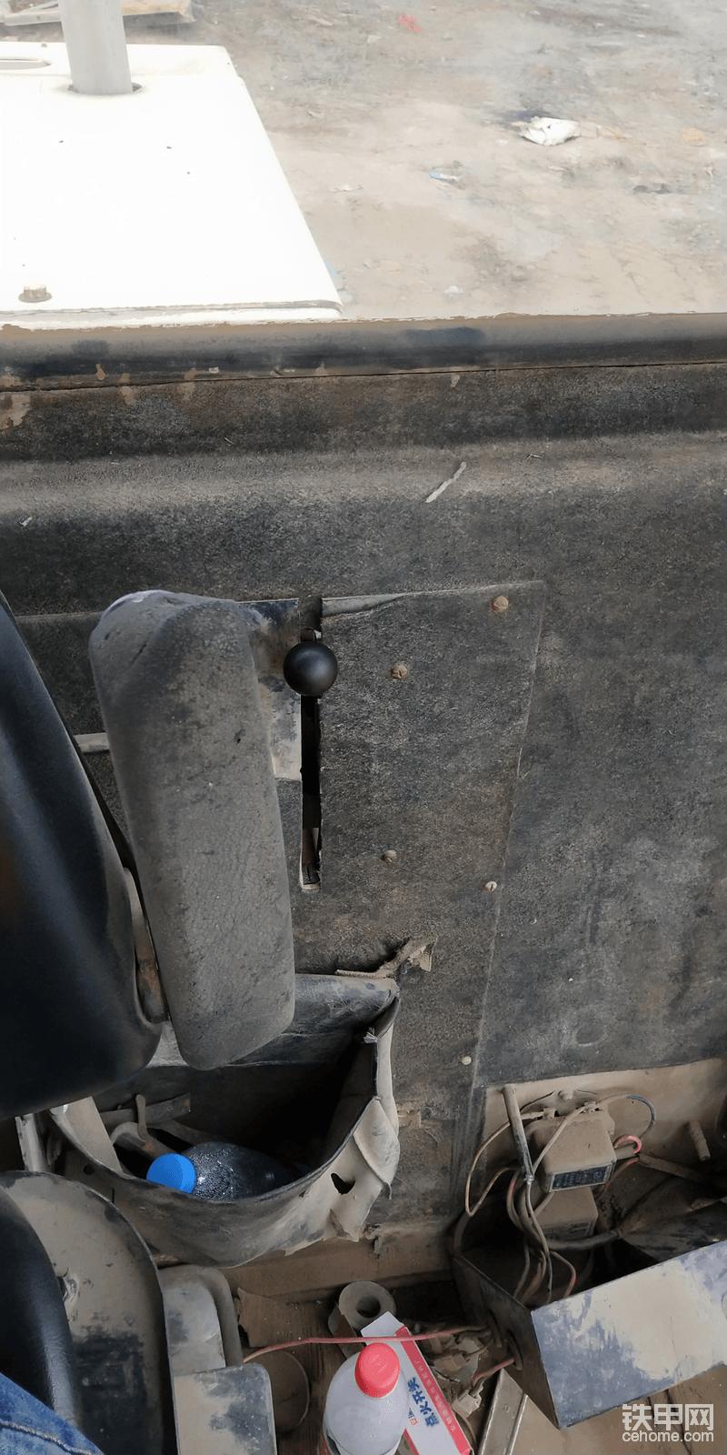 这个黑色的档把是油门,在座椅的左后方,感觉设计很奇葩