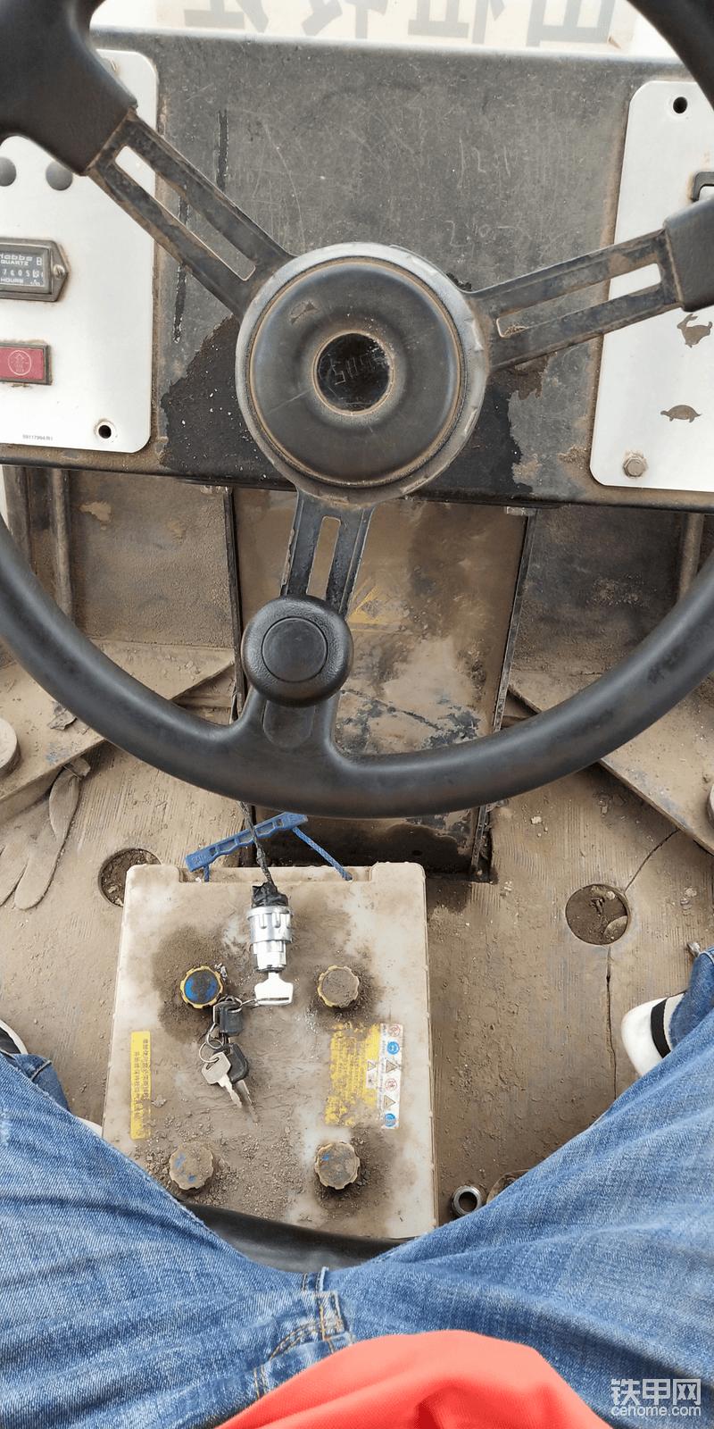 脚底下没有任何踏板,油门大小,前进后退刹车都是档把来控制,不知道其他品牌的是不是也这样。