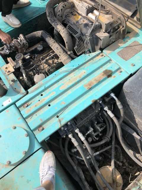 神钢130-8车子响道接开机油盖有大量机油喷出