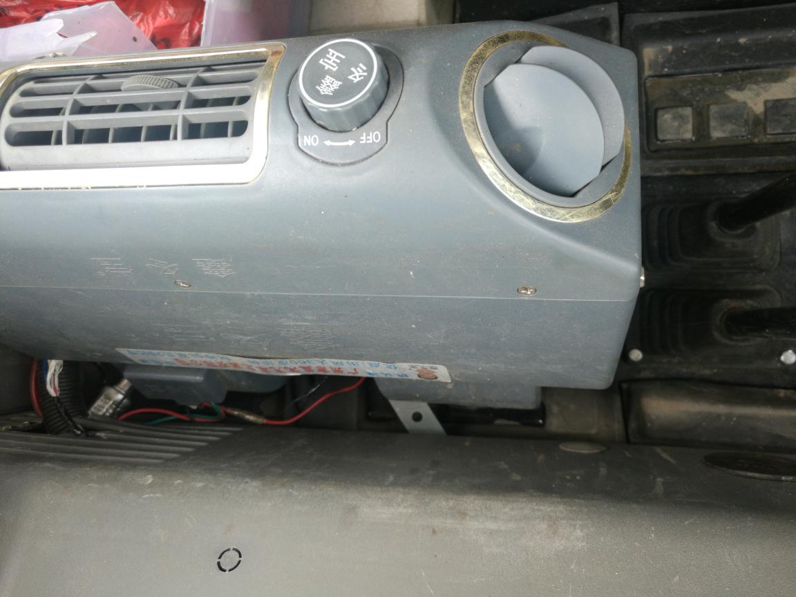 空调冷凝管出水,搞得驾驶室到处都是水