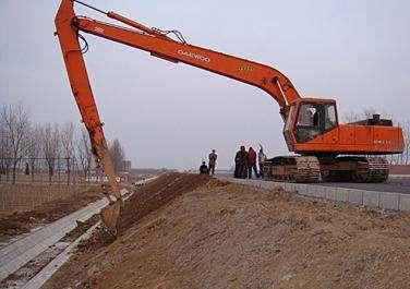 实际上,长臂挖机很多活比普通臂难做多了