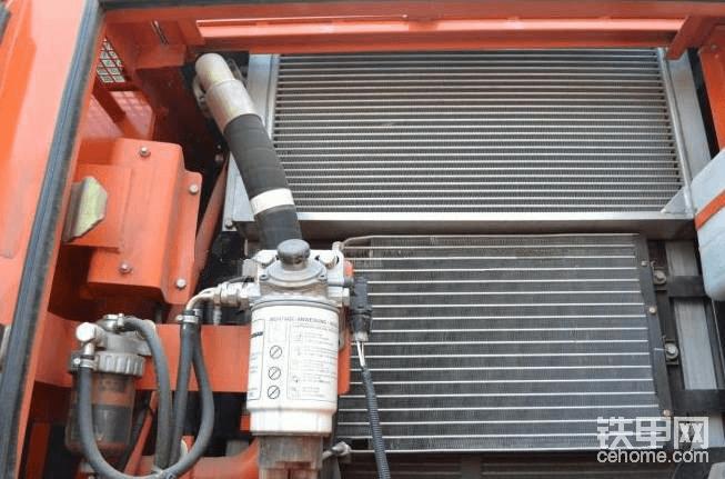 """水温高时应避免立即熄火 挖掘机出现水温过高时,机手千万不要贸然立即熄火。应保持发动机在怠速状态下继续运转一段时间,同时打开空调暖风至最大风挡位置,利用空调暖风帮助散热;同时打开发动机舱盖帮助散热,等冷却液温度下降至正常值之后再熄火。 检查副水箱冷却液液面是否过低 停好车后,接下来就要检查是什么原因导致水温过高。首先先检查副水箱冷却液是否过低,如果冷却液液面低于""""min""""线,则说明冷却液不足引起的水温过高,有条件的话我们可以添加冷却液;实在没有冷却液,我们也可以添加干净水暂时代替。需注意的是,干净水只能作为应急之用,待水温恢复正常后,我们应尽快更换新的冷却液。添加之后,如果发现水温可以恢复正常,那么挖掘机就可以继续工作,否则就要检查是否还存在其它故障。"""