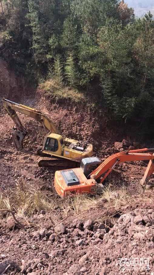 好兄弟姚波的240救我于泥坑山谷中 妈的差点翻车 当然了也少不了老郑的斗山370 的大把力气