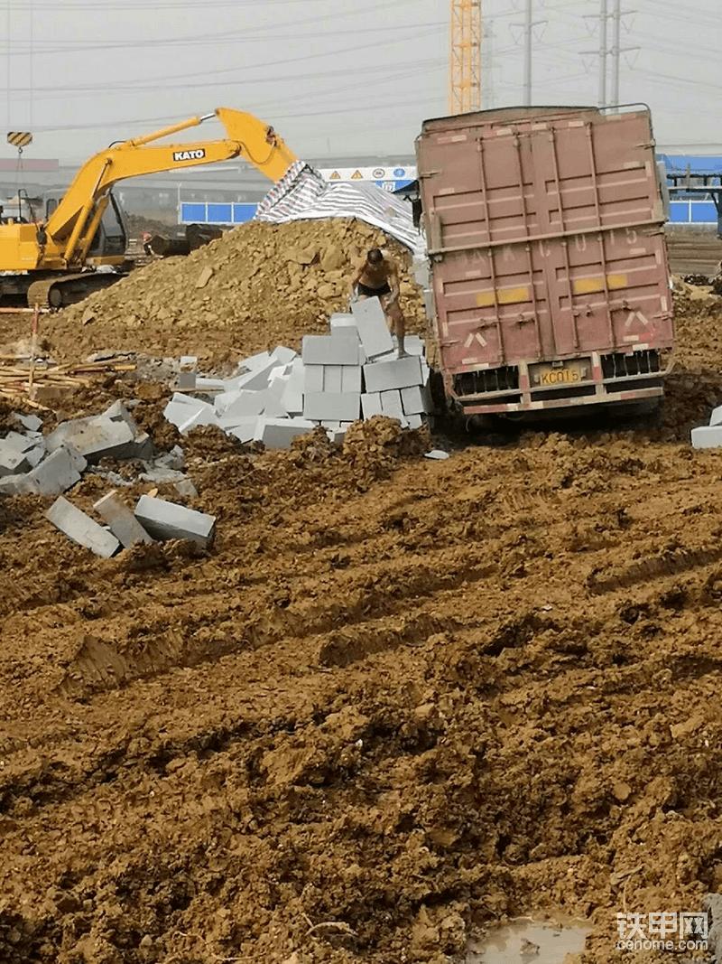 13年挖机路(4): 老板提小松200-6,学拆5层楼!