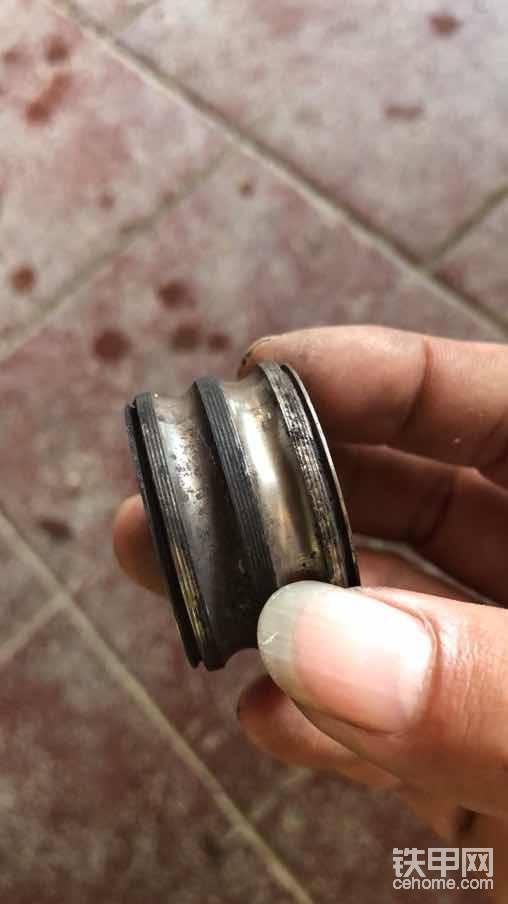 拆下来了,发现是离合器的轴承坏了,皮带轮把离合器线圈磨破短路。