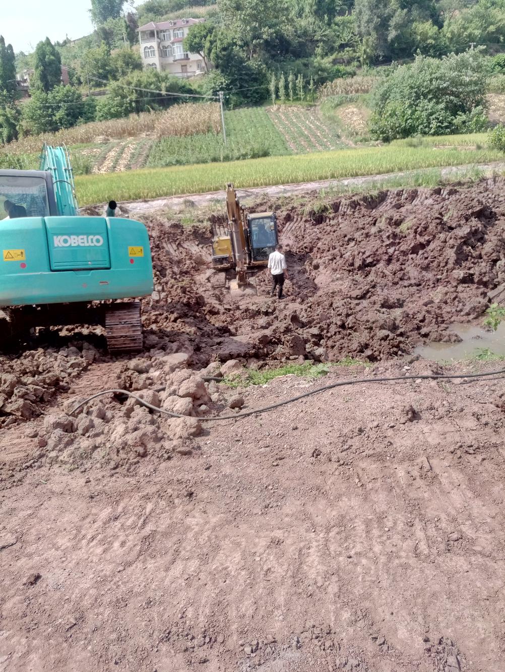 第一次铁甲贴挖机陷泥塘了