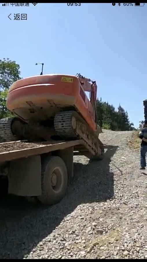 这父母不合格,竟然让5岁小孩开挖机上板车
