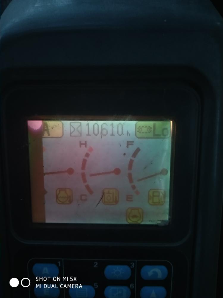 小松220-7显示屏亮度低,边角花屏有没有甲油知道怎么修