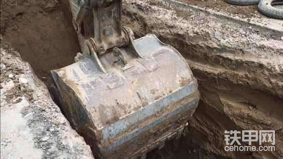 视频截图,大家可以看看这个挖机师傅手艺咋样?