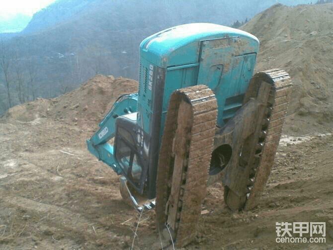 神钢挖掘机的公司全名叫  神户制钢,原日本生产,在生产挖掘机有20多年的历史了,神钢的挖掘机是为了土方而生的,在动作或者行走上有明显的成绩,然而,它却在挖掘机的师傅手中会用一些粗暴的手段来对待这些机械。他们会狠狠地踩下挖掘机行走以最快的速度停下,有许多人认为这一幕令人开怀大笑,也有人觉得这些机械很无辜很可怜,这样的操纵师傅你的心有多大啊?