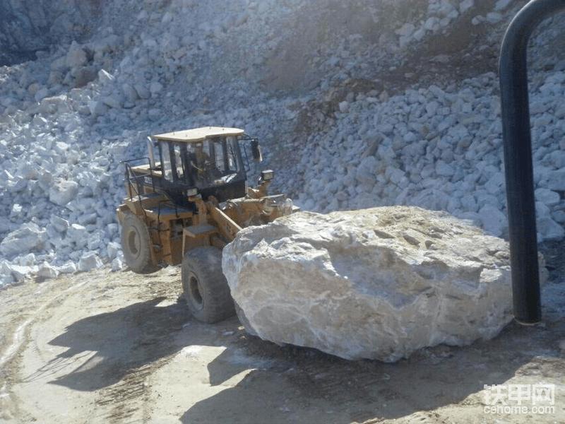 """成工装载机是四川成都成工工程机械股份有限公司生产,全车动力十足,适用于一切工程作业,在湖南矿山上,驾驶员驾驶着成工50装载机正""""虐待""""它,铲起一块高于自身体重的巨大岩石,但事实上,这些机械没有生命。如果这是你的车一个价值几十万甚至上百万的机器人,让你是否舍得这样对待它?"""