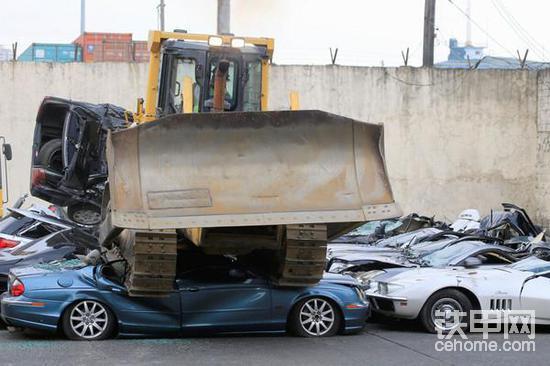 推土机疯狂碾压豪车!甲友们你们有这样的操作吗?