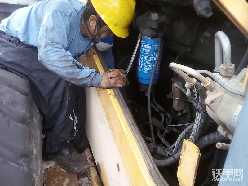 修理工带口罩😷装起动机