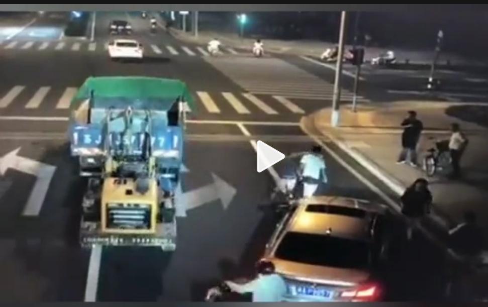 昆山宝马被宰视频有俩调皮的装载机!