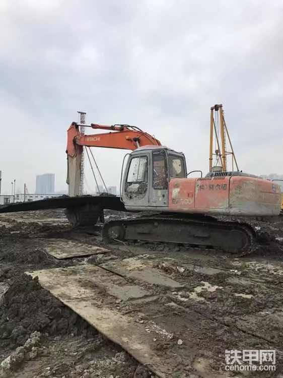 一天到晚就是,挖沟槽、铺钢板、舀泥浆……导致于挖机全身都是脏兮兮的。
