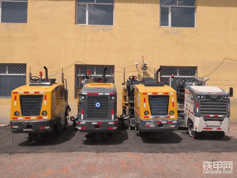 从2012年开始就专注铣刨机服务,来张徐工铣刨机的大合影,其中一台新款的徐工XM503就服务于吉黑高速公路,也是我们拍摄本次拍摄的主角。